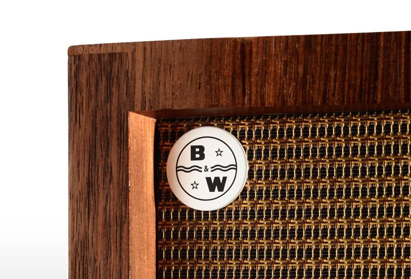 Detalle del primer logotipo de Bowers&Wilkins en unas cajas acústicas