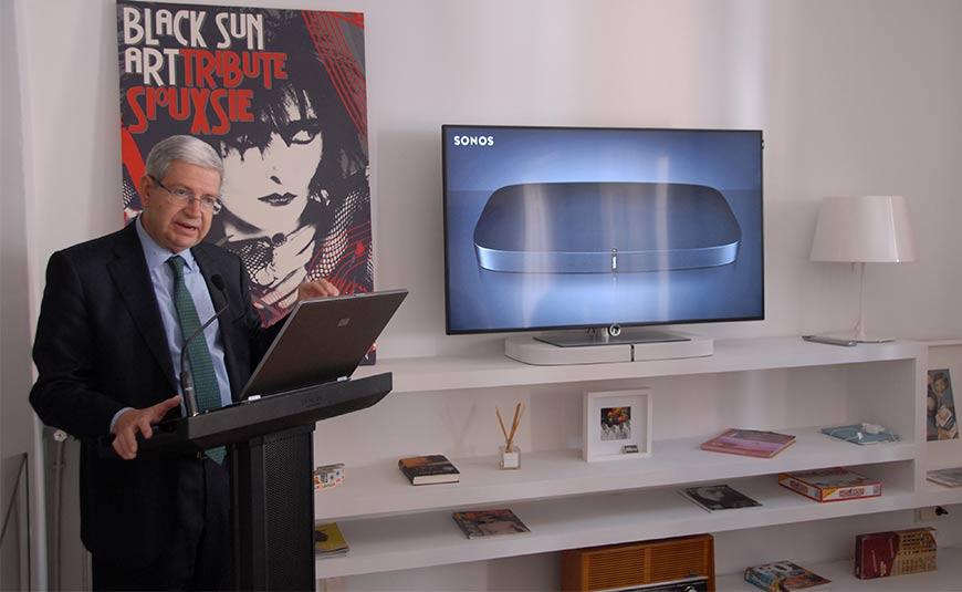 Eduardo Jaquete, máximo responsable de SONOS en España, presentó la PLAYBASE en compañía de un televisor Loewe 4K de última generación